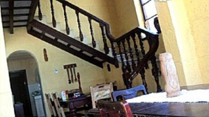 Comedor, escaleras al segundo piso - Casa Garcia Dihigo Varadero