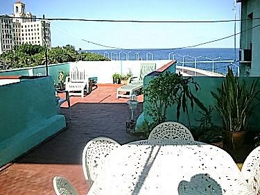 Apartamentos moraima frente al malecon vedado for Terraza del apartamento