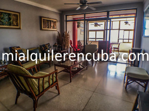sala-terraza-apartamento-alberto-malecon-vedado-2