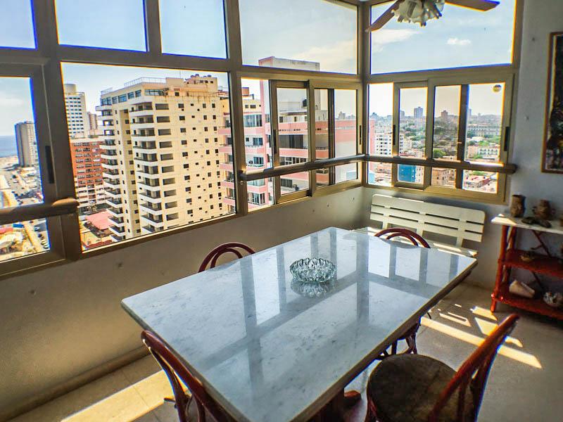 terraza-comedor-b-apartamento-alberto-malecon-vedado